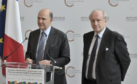 La remise du rapport d'Hubert Védrine au ministre de l'Economie et des Finances, le 4 décembre 2013.
