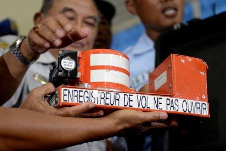 Les boites noires de l'airbus d'airasia en cours d'examen