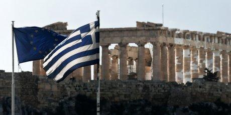 Grèce-Europe drapeaux flottant sur fond de Parthénon à Athènes