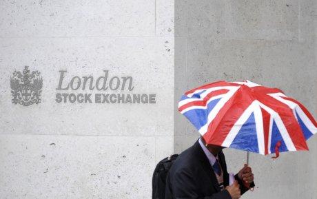 Un travailleur tient en parapluie aux couleurs du Royaume-Uni devant le London Stock Exchange en octobre 2008 (Bourse, marchés financiers)