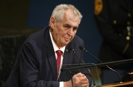 Le président tchèque menace des journalistes avec une fausse kalachnikov