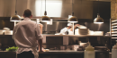 Cuisinier et serveur dans la cuisine d'un restaurant (nourriture, livraison)