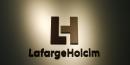 Le nouveau logo de la compagnie LafargeHolcim au siège de Zurich, en Suisse