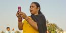 Indienne avec son smartphone