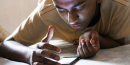 Un jeune regarde son smartphone. smartphone teen par Pabak Sarkar. Via Flickr CC License by.
