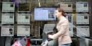 Une personne passe devant une agence immobilière à Paris