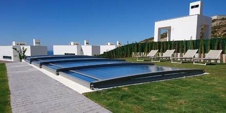 Spécialisé dans l'abri de piscine, Azenco a notamment développé un produit téléscopique