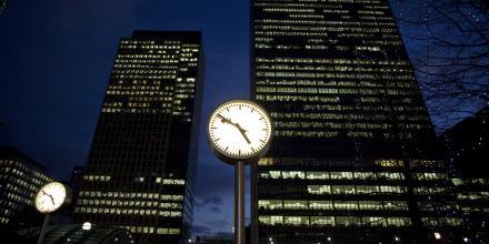 Vue de nuit des immeubles de Canary Wharf à Londres