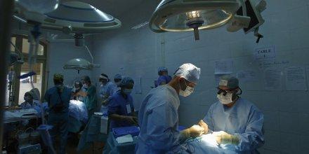 Des médecins pratiquent une opération chirurgicale dans un hôpital