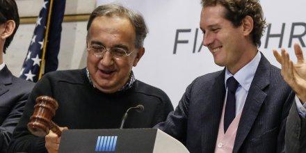 Sergio Marchionne, président du constructeur automobile italien Fiat, aux côté de John Elkann, président de Fiat, lors de l'introduction en Bourse de Fiat Chrysler Automobiles (FCA)