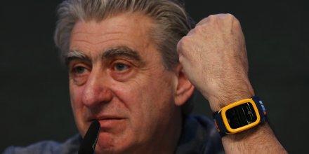 Nick Hayek, PDG de l'horloger suisse Swatch, avec la dernier montre connectée de la marque Swatch Touch Zero One lors d'une présentation en mars 2015
