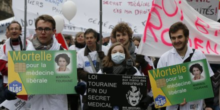 Manifestation le 15 mars à Paris des médecins et étudiants en grève contre la réforme de la Santé