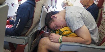 Avion dormir lit sommeil position inconfortable confort en avion