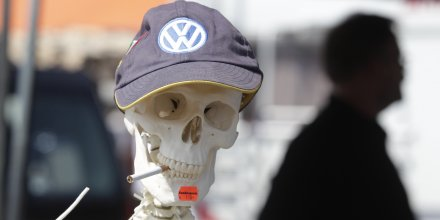 Un squelette portant une casquette Volkswagen lors d'un événement dédié aux Coccinelles organisé en 2012 à Hauvre (Allemagne)o