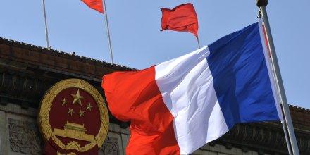 Le drapeau chinois et le drapeau français flottent devant le Palais de l'assemblée du peuple à Pékin