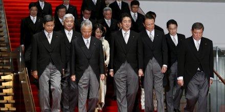 Le Premier ministre japonais Shinzo Abe lors d'une séance photo le 7 octobre 2015 aux côtés de son gouvernement fraîchement remanié