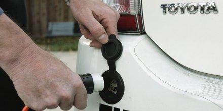 Felix Kramer, fondateur de CalCars, branche sa voiture hybride Toyota pour la recharger à domicile (2006)