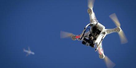 Un avion survole un drone lors du Polar Bear Plunge en janvier 2015