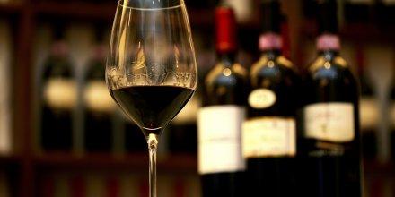 Un verre de vin Sagrantino di Montefalco utilisé pour la dégustation dans un vignoble en Italie