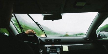 Chauffeur VTC (voiture de tourisme avec chauffeur, Uber, appli de transport, transport routier, conducteur, conduite, route, voiture)