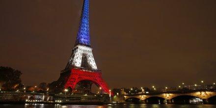 La Tour Eiffel illuminée aux couleurs de la France après les attentats du 13 novembre