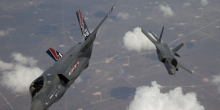 Un jet F-35 Lightning II arrive à la base aérienne Edwards Air Force en Californie en mai 2010 (photo fournie par le Pentagone)