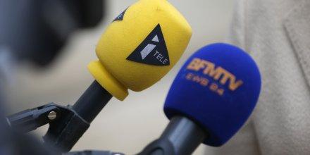 Des microphones des chaînes d'information en continue iTele et BFMTV