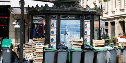 Un kiosque à journaux avec des poubelles devant à Paris sur les Grands boulevards le 8 juin 2016