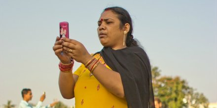 Indienne avec son smartphone