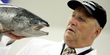 Le roi de Norvège avec un saumon