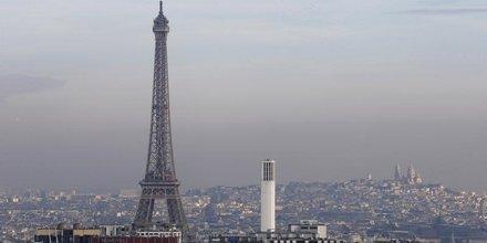 Greenpeace devoile une banderole anti-fn a la tour eiffel