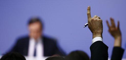 Des journalistes issus de grands médias lèvent la main pour prendre la parole lors d'une conférence de presse