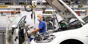 Zone euro: chute record de la production industrielle en avril