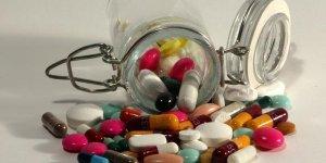 Les médicaments ne seront pas vendus en grande surface, dit Macron