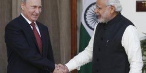 Le président russe Vladimir Poutine et le Premier ministre indien Narendra Modi se serrent la main pour célébrer un accord conclu entre les deux pays