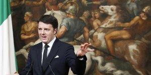 Matteo renzi conforte par la defection de huit elus centristes en italie
