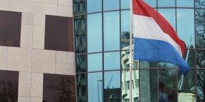 Le drapeau du Luxembourg se reflète sur la Banque du Luxembourg en mai 2009