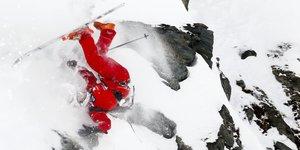 Le skieur français Julien Lopez chute avec ses skis en montagne à Bec des Rosses (Verbier) en mars 2010