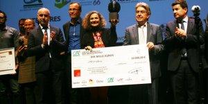 Carmen-Lara Manes, l'une des deux fondatrices de Microbia Environnement, entourée d'acteurs économiques catalans et du président du Prix Alfred Sauvy, Emmanuel Stern