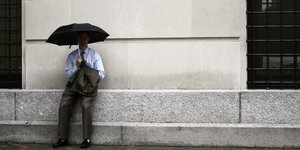 Homme d'affaire sous la pluie (triste, déçu). Business Man, par shanelevi. Via Flickr CC License by.
