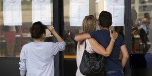 Des élèves de terminale (lycéens) d'un lycée en France regarde leurs résultats du bac (baccalauréat), enjeu important pour leur choix admission post-bac (APB) et leur entrée à l'université