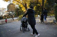 Une nounou philippine garde d'enfants à Tokyo (emploi à domicile)