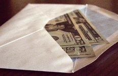 corruption, pot de vin, enveloppe d'argent, billet, dessous de table,