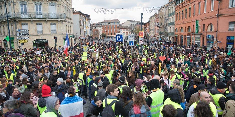 La manifestation des gilets jaunes du samedi 8 décembre, comme celle des blouses blanches, n'était pas déclarée en préfecture comme le veut la loi.