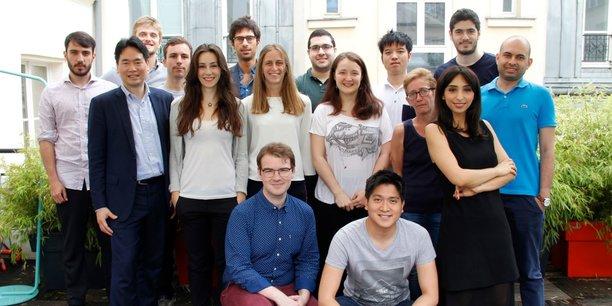L'équipe de la jeune pousse parisienne QuantCube. A gauche, en costume, le cofondateur et directeur général Thanh-Long Huynh.