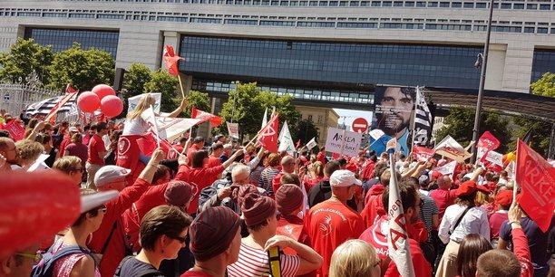 Les salariés d'Arkéa ont manifesté devant le ministère de l'Economie, à Paris, le 17 mai pour soutenir la stratégie d'indépendance du groupe breton face au Crédit Mutuel.
