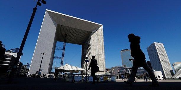 Situé dans la Grande Arche de La Défense, le Swave est piloté par l'agence de développement Paris & Co et soutenu par plusieurs partenaires privés, dont la Société Générale, Mastercard, AG2R et Casino.