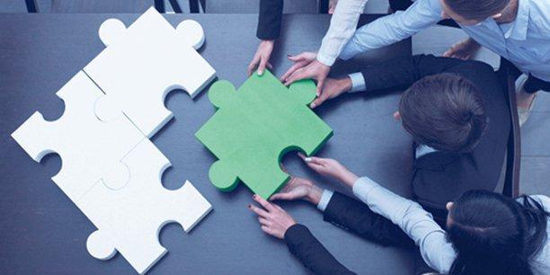 La société BarterLink se rémunère en facilitant l'échange de biens, de compétences et de services entre les entreprises.