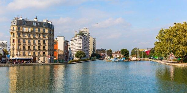 Canal de l'Ourcq aux abords du Parc de la Villette à Paris.