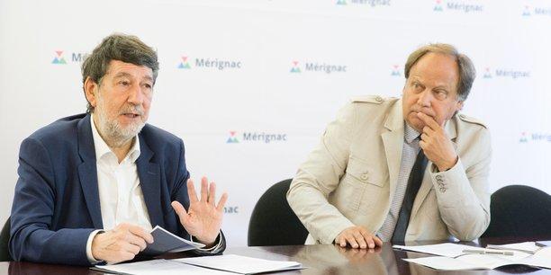Alain Anziani, maire de Mérignac (à gauche), présente la charte de l'urbanisme et de la qualité de la ville aux côtés de Thierry Trijoulet, adjoint délégué aux grands projets urbains (à droite).